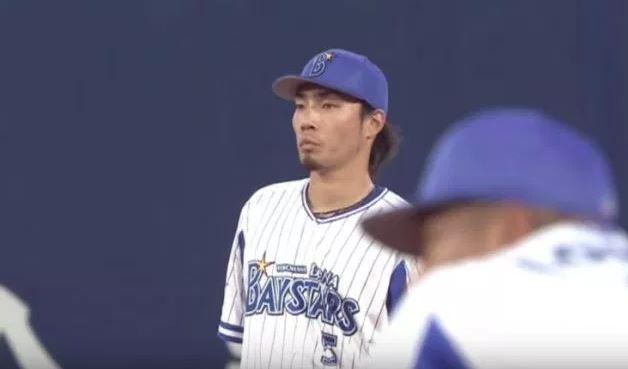 【悲報】DeNA倉本寿彦さん、巨人の歓喜の輪に入ってしまう